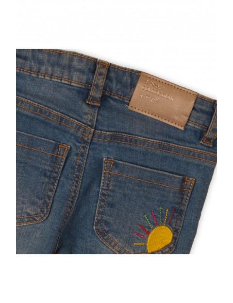 Jeansowe spodnie dziewczęce z przetarciami