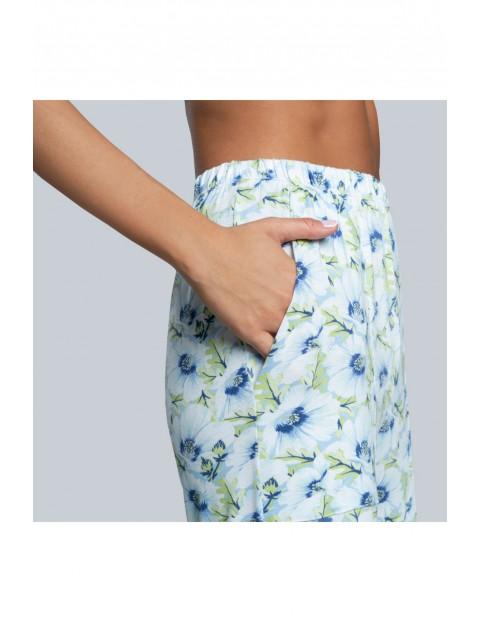 Niebieskie spodnie piżamowe damskie w kwiaty