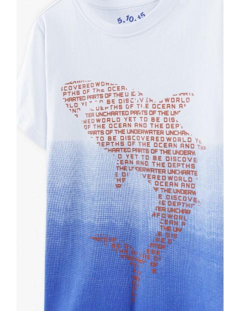 T-shirt chłopięcy biało-niebieski z rekinem