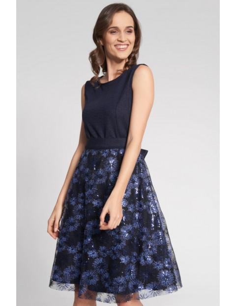 Granatowa rozkloszowana sukienka z wzorzystym dołem