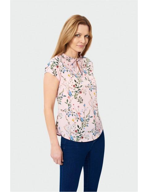 Różowa bluzka damska w kwiaty z wiązanym dekoltem