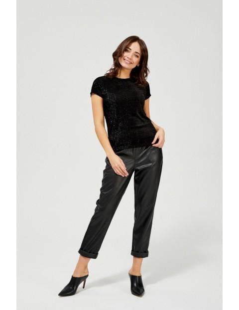 Czarna koszulka damska z ozdobnym zamkiem na plecach