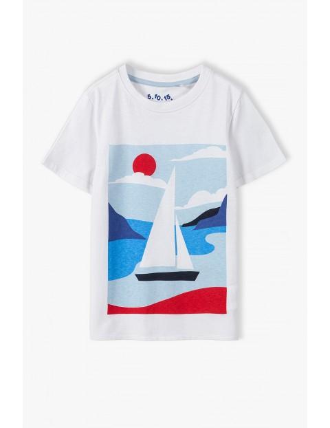 T-shirt chłopięcy w kolorze białym z żaglówka