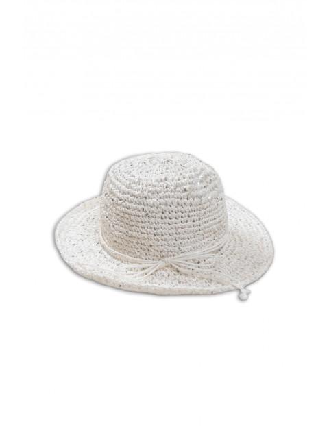 Słomkowy kapelusz dziewczęcy z płaskim rondem