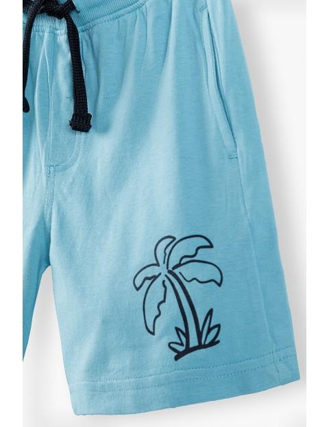 Cienkie dzianinowe szorty chłopięce w kolorze niebieskim z palmą