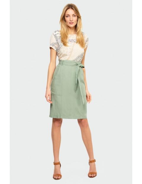 Zielona ołówkowa spódnica z paskiem w talii