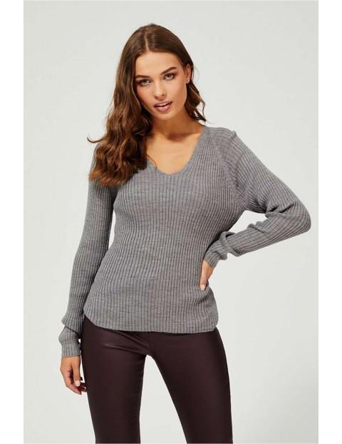 Szary sweter damski z dekoltem w serek