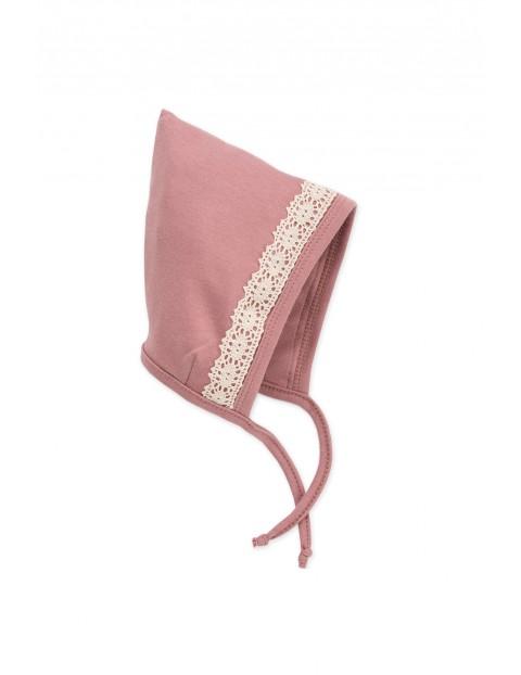 Czapka wiązana różowa z koronką Petit Lou- 100% bawełna