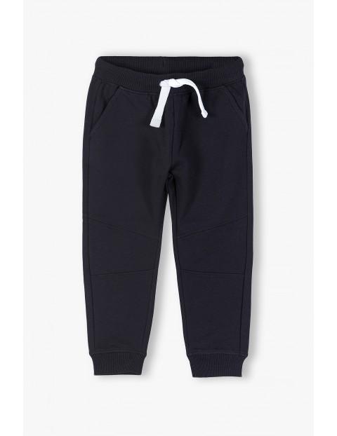 Spodnie dresowe chłopięce w kolorze czarnym - ubrania dla całej rodziny