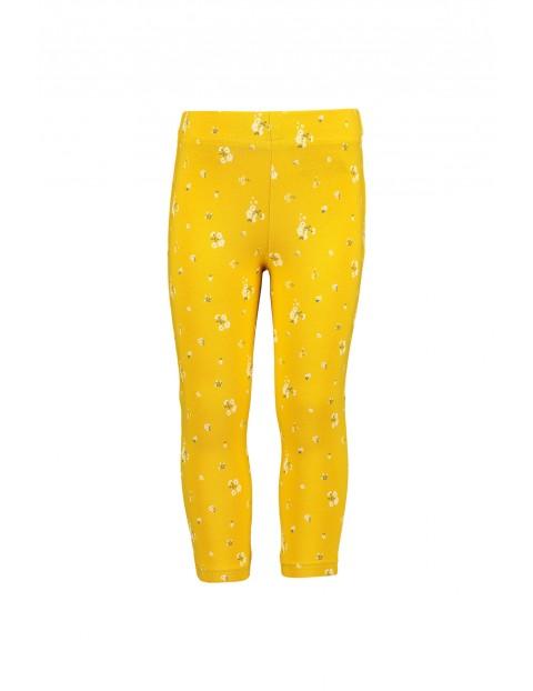 Żółte leginsy w kwiatki