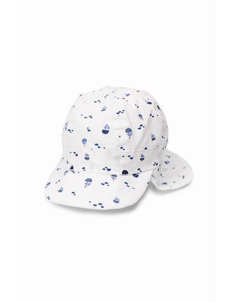 Biała czapka niemowlęca z daszkiem i ochroną na kark