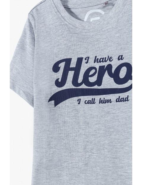 T-shirt chłopięcy szary z napisem-Hero - ubrania dla całej rodziny