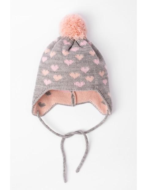 Czapka zimowa dla niemowlaka szara w serduszka- wiązana