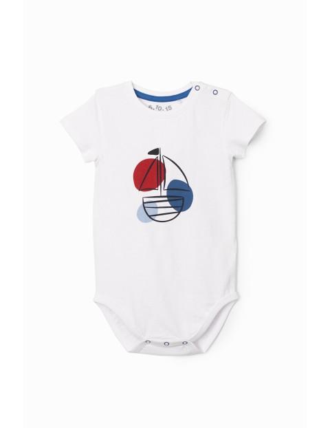 Białe body niemowlęce z nadrukiem żaglówki