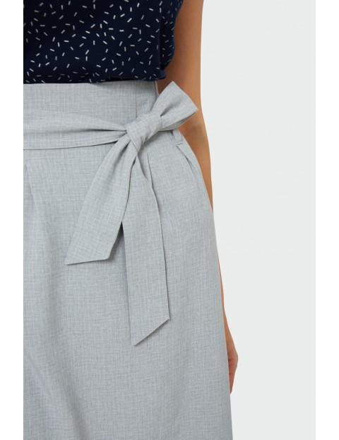Szara ołówkowa spódnica z ozdobnym wiązaniem