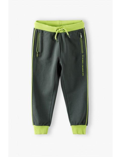 Spodnie dresowe zielone z kontrastowymi wstawkami