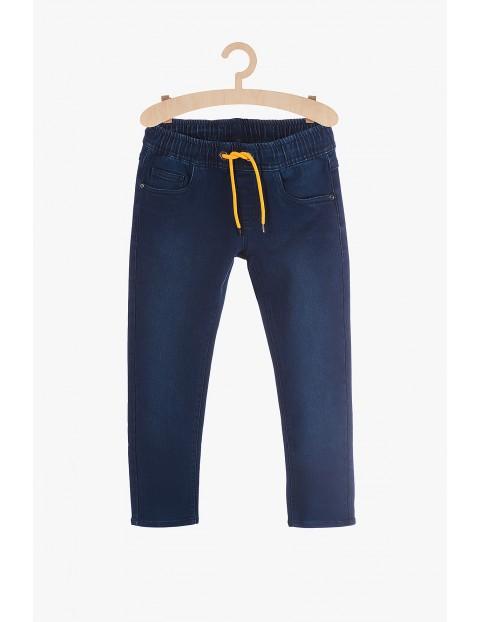 Spodnie chłopięce granatowe z żółtym sznurkiem