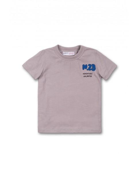 Szary t-shirt dla chłopca z niebieska naszywką