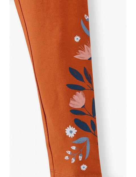 Pomarańczowe legginsy dziewczęce w kwiatki