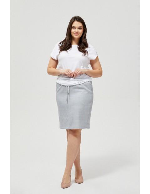 Biała bluzka z ozdobnymi ażurowymi wycięciami