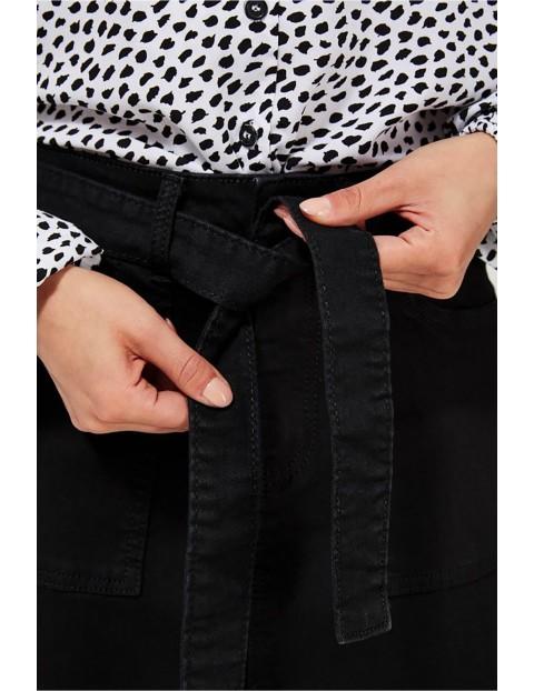 Jeansowa spódnica damska z ozdobnym paskiem - czarna
