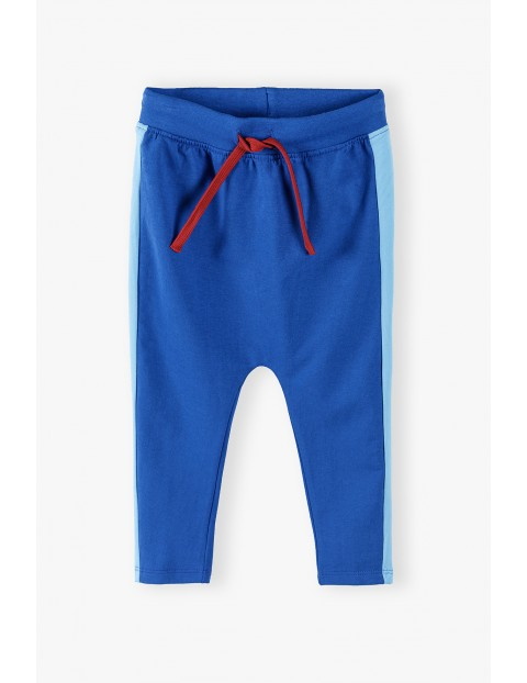 Bawełniane spodnie niemowlęce z lampasami i kontrastowymi sznurkami - niebieskie