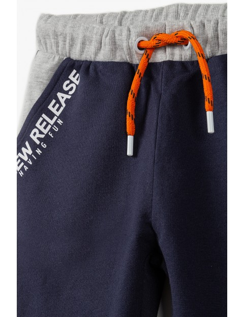 Bawełniane spodnie dresowe chłopięce - granatowe