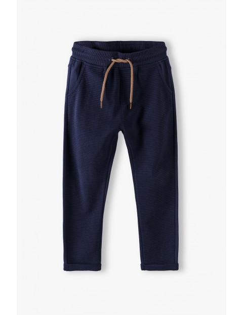 Spodnie dresowe chłopięce w prążki- granatowe