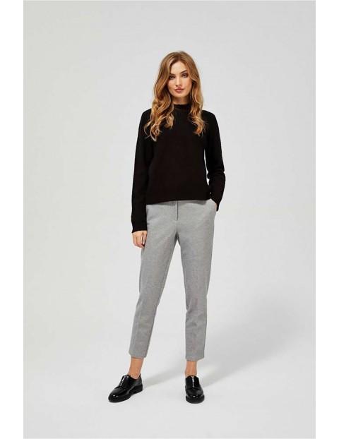 Sweter damski czarny z ozdobnym splotem i metaliczną nitką