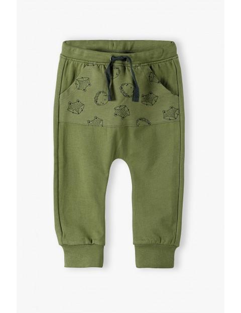 Bawełniane spodnie dresowe niemowlęce w jeżyki i liski - zielone