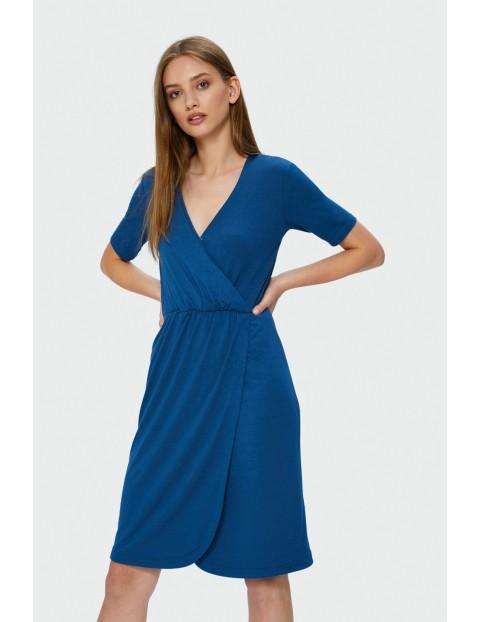 Niebieska sukienka kopertowa z krótkim rękawem