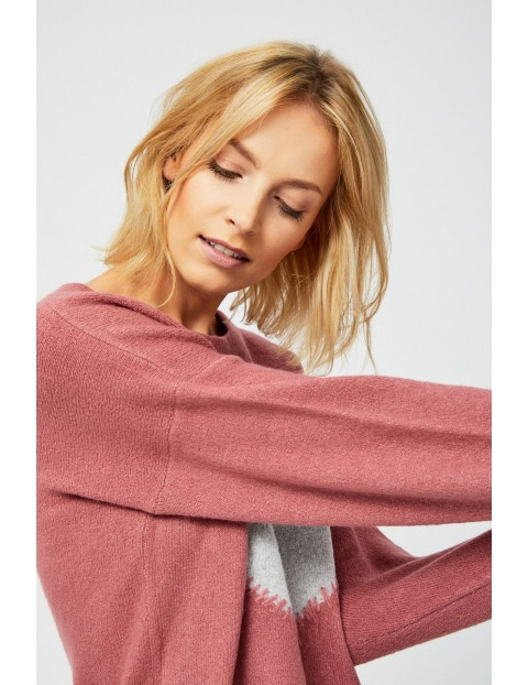 Rożowy sweter z szarym sercem