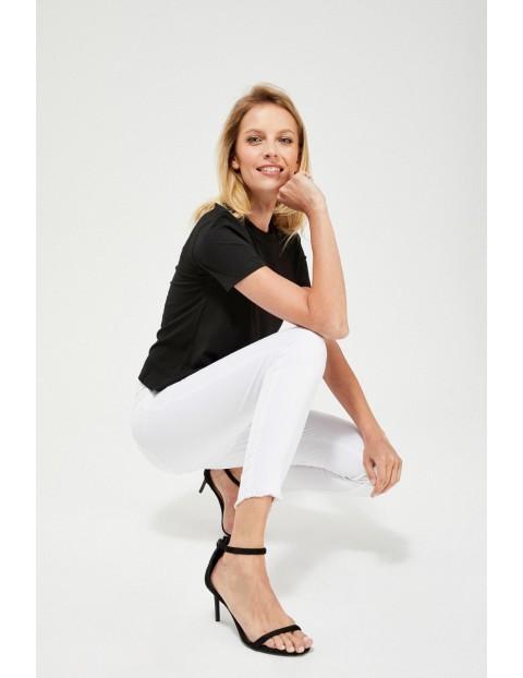 Spodnie rurki z postrzępionymi nogawkami białe