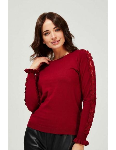 Sweter damski bordowy z ozdobną koronką na rękawie