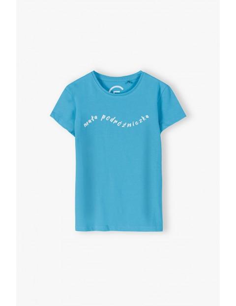Bawełniany niebieski T-shirt z napisem Mała Podróżniczka