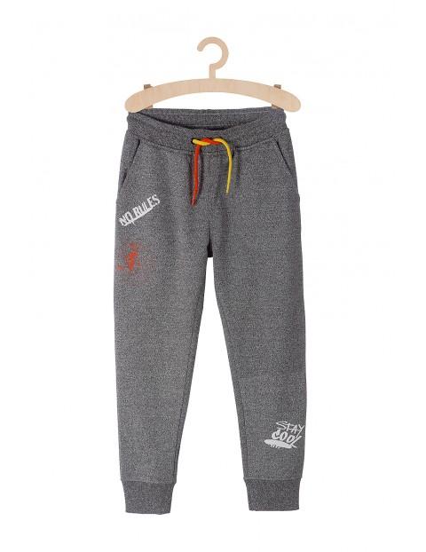 Spodnie dresowe chłopięce z odblaskiem na nogawce
