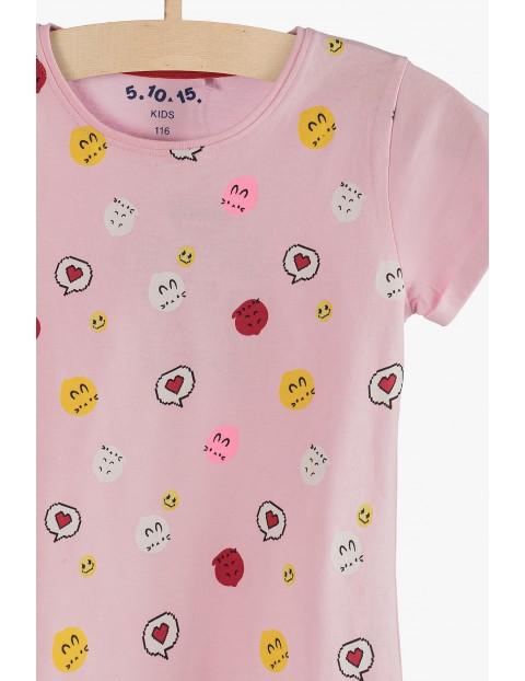 Różowy t-shirt dla dziewczynki z kolorowymi nadrukami
