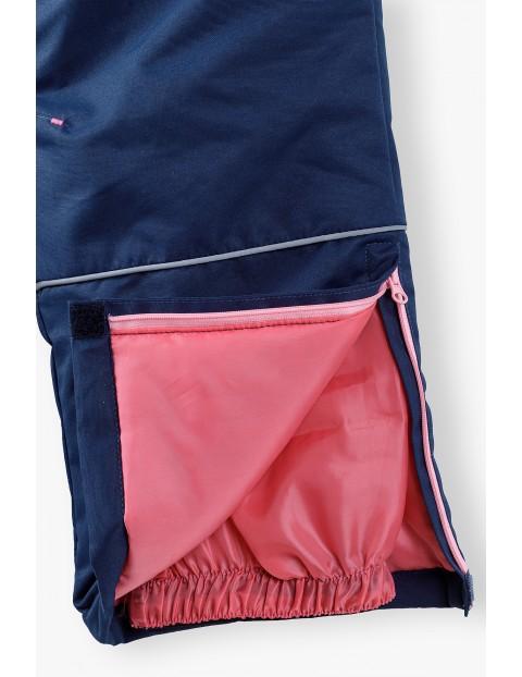Granatowe spodnie narciarskie z różowymi odpianymi szelkami
