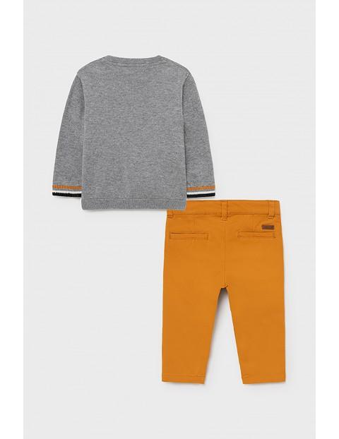 Komplet chłopięcy Mayoral - sweter z nadrukiem i żółte spodnie
