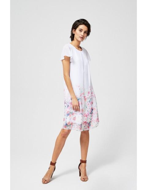 Biała sukienka o lekko trapezowym kroju z kwiatowym motywem