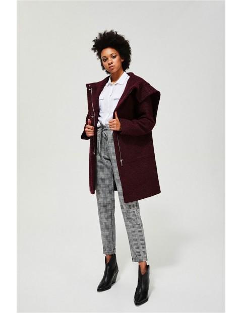 Burgundowy płaszcz damski o luźnym kroju z wywijanym kapturem