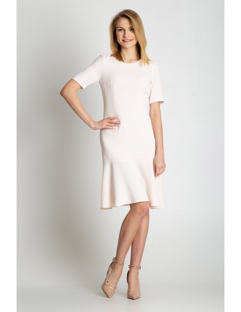 Biała sukienka z rozszerzonym dołem