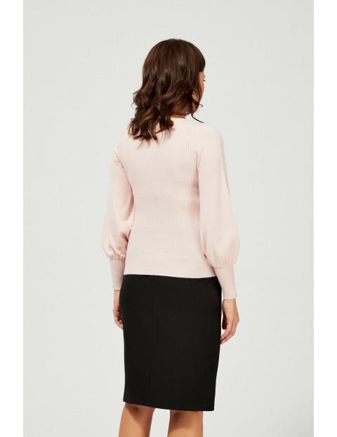 Sweter damski z bufiastymi rękawami  - różowy
