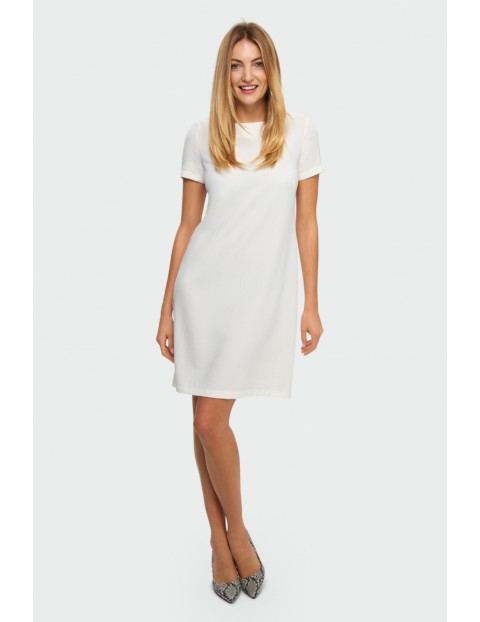Klasyczna biała sukienka o prostym kroju