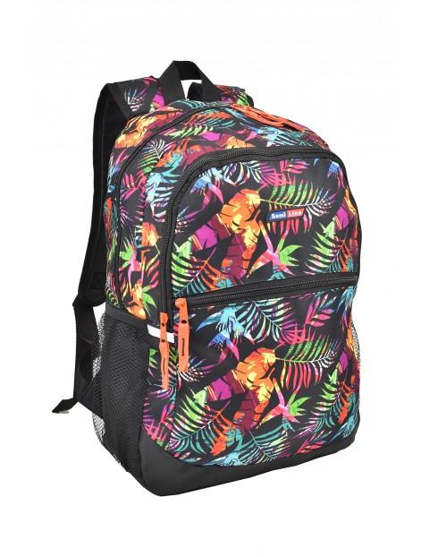 Czarny plecak szkolny w kolorowe liście