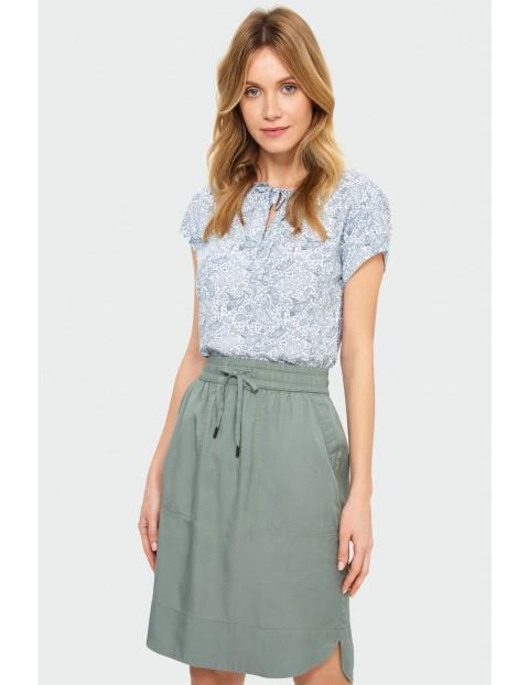 Zielona luźna spódnica z troczkiem i przeszyciami na kieszeniach