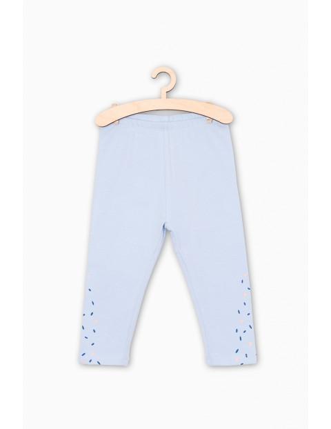 Niebieskie leginsy dla niemowlaka- ozdobne nadruki na nogawkach