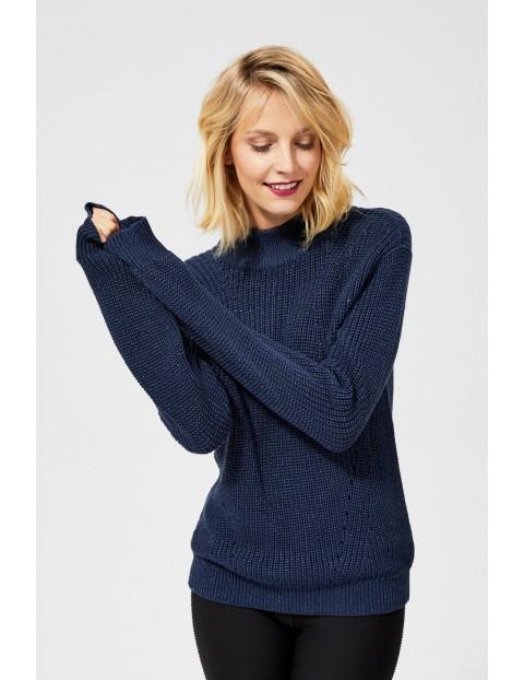 Sweter o wyraźnym splocie z metaliczna nitką - granatowy