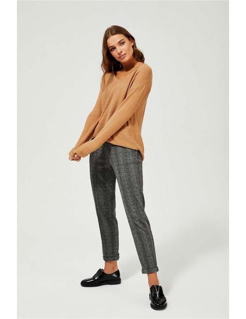 Sweter o luźnym kroju z rozporkami po bokach - beżowy