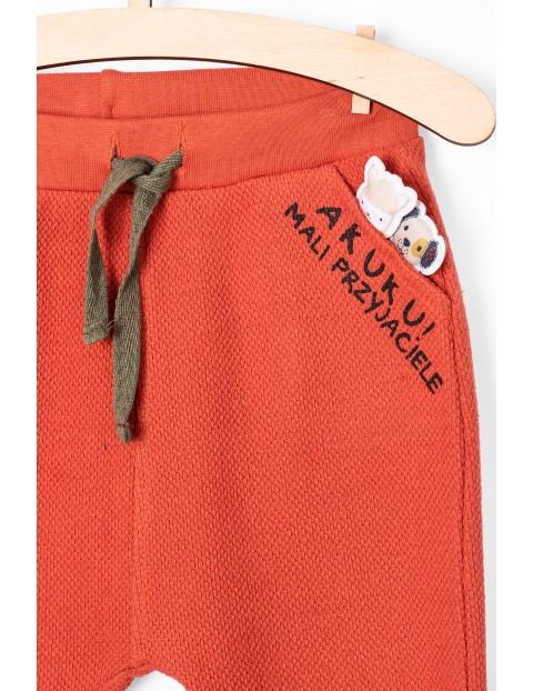 Dresowe spodnie dla niemowlaka- ozdobna kieszeń z aplikacją 3D